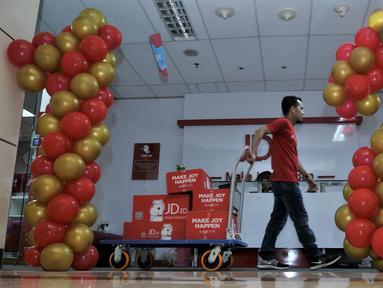 Pekerja mengangkut pesanan konsumen saat Harbolnas di kantor perusahaan e-Commerce JD.ID, Jakarta, Rabu (12/12).  Perusahaan e-Commerce seperti JD.ID mengalami empat kali lipat peningkatan penjualan selama Harbolnas. (Merdeka.com/Iqbal S. Nugroho)