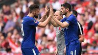 Dalam beberapa laga terakhir jelang pengujung musim 2017/2018, Chelsea lebih sering memainkan Olivier Giroud (kiri) ketimbang Alvaro Morata (kanan). (Glyn KIRK / AFP)