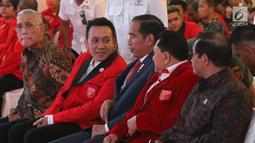 Presiden Jokowi berbincang dengan Ketua umum baru PKPI, Diaz Hendropriyono dan mantan Ketum PKPI, AM Hendropriyono pada penutupan kongres luar biasa Partai Keadilan dan Persatuan Indonesia (PKPI) di Jakarta, Senin (14/5). (Liputan6.com/Angga Yuniar)