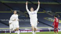 Pemain Leeds United, Diego Llorente, melakukan selebrasi usai mencetak gol ke gawang Liverpool pada laga Liga Inggris di Stadion Elland Road, Senin (19/4/2021). Kedua tim bermain imbang 1-1. (Lee Smith/Pool via AP)