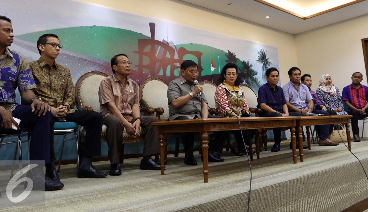 Wakil Ketua Dewan Perwakilan Daerah (DPD) RI, Farouk Muhammad (keempat kiri) dan para anggota DPD RI Lainya saat konfrensi pers terkait penangkapan Ketua DPD RI, Irman Gusman oleh KPK di Nusantara III, Jakarta, Sabtu (17/9). (Liputan6.com/Helmi Afandi)
