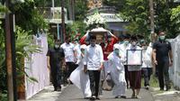 Presiden Jokowi dan keluarga saat mengantar sang ibu ke pemakaman, Kamis (26/3/2020). (Liputan6.com/Fajar Abrori)