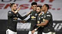 Para pemain Manchester United merayakan gol ketiga yang dibuat striker Marcus Rashford (kedua dari kiri), dalam laga lanjutan Liga Inggris 2020/21 pekan ke-13 melawan Sheffield United di Bramall Lane, Sheffield, Kamis (17/12/2020). Manchester United menang 3-2. (AFP/Peter Powell/Pool)