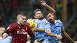Pemain Lazio, Senad Lulic dan Francesco Acerbi berebut bola dengan pemain AC Milan, Ante Rebic, pada laga Serie A 2019 di Stadion San Siro, MInggu (3/11). AC Milan takluk 1-2 dari Lazio. (AP/Antonio Calanni)