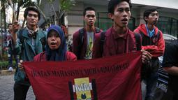 Dalam aksinya di kawasan Fatmawati, Jakarta, mahasiswa mengancam akan menyerbu rumah dan kantor Wimar dengan jumlah massa yang lebih banyak jika tuntutan mereka tidak dipenuhi, Jumat (20/6/14). (Liputan6.com/Johan Tallo)