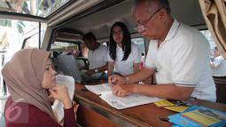Sejumlah warga mendatangi mobil keliling pelayanan pengurusan tanah di kawasan CFD, Jakarta, Jakarta, Minggu (4/10/2015). Pelayanan mobil keliling untuk memberi kemudahan pelayanan sertifikasi tanah.(Liputan6.com/Angga Yuniar)