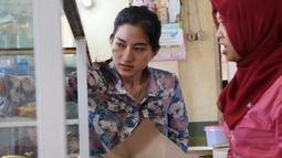 Parasnya yang cantik membuat Sasa Darfika yang berprofesi sebagai penjual nasi Warteg di Majalengka sering digodai pembelinya (Istimewa)