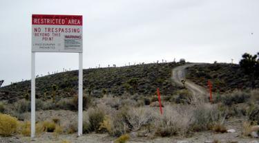 Mungkin belum banyak orang yang tahu dimana Area 51 itu berada. Area 51 berada di bagian selatan Nevada, 83 mil dari Las Vegas bagian barat laut. Tempat ini dikabarkan tempat yang sangat rahasia dan mempunyai banyak rahasia didalamnya. (1.bp.blogspot.com)