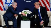 Presiden AS Donald Trump berjabat tangan dengan Perdana Menteri Israel Benjamin Netanyahu saat bertemu di sela Forum Ekonomi Dunia, Davos (25/1). (AP Photo / Evan Vucci)