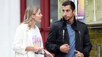 Henrikh Mkhitaryan dan kekasihnya Jude Cisse (Dailly Star)