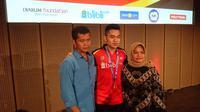 Leo Rolly Carnando bersama orang tuanya setelah menjuarai Kejuaraan Dunia Junior 2018 melalui sektor ganda campuran. (Bola.com/Muhammad Ivan Rida)