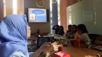 Ovi Soviaty Rivay, Kepala Bidang Pemasyarakatan, memberikan materi Logika dan Kalimat Efektif pada Kelas Kamisan (18/07)