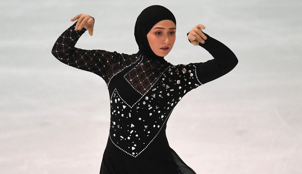 Zahra Lari adalah atlet figure skater yang berasal dari Uni Emirat Arab. Olahraga figure skater tak jarang menuntut para atlet untuk tampil menarik dengan pakaian yang dikenakan. Tak hanya kemampuan, penampilan juga menjadi daya lebih. (Foto: AFP/Christof Stache)