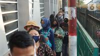 Calon penumpang antre masuk ke dalam Stasiun Citayam, Depok, Jawa Barat, Senin (8/6/2020). Memasuki fase PSBB proporsional menuju new normal Kota Depok, stasiun ramai dipadati penumpang yang kini mulai beraktivitas kembali. (Liputan6.com/Immanuel Antonius)