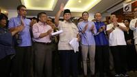 Capres nomor urut 02 Prabowo Subianto (tengah) didampingi cawapres Sandiaga Uno dan koalisi Adil Makmur memberi ketarangan terkait hasil putusan Mahkamah Konstitusi (MK), Jakarta, Kamis (27/6/2019). MK menolak hampir semua dalil yang diajukan pemohon, Prabowo-Sandiaga. (Liputan6.com/Angga Yuniar)