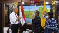 Gubernur Jawa Tengah Ganjar Pranowo saat bertemu memnahas investasi dengan Dubes India untuk Indonesia Manoj Kumar. (Foto: Liputan6.com/Felek Wahyu)