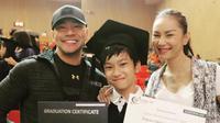 Deddy Corbuzier mengunggah foto bersama Kalina Oktarani saat menghadiri kelulusan putra mereka Azkanio Nikola Corbuzier (Instagram/@mastercorbuzier)