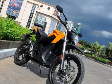 "Sepeda motor listrik kualitas premium buatan negara Amerika Serikat ""Zero"" siap mewarnai jalan-jalan di Indonesia, Jakarta, Selasa (17/3/2015). Keberadaan Zero akan menjadi alternatif bagi penggemar roda dua. (Liputan6.com/Faisal R Syam)"
