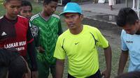 Nukirman, mantan pemain Persebaya yang kini melatih klub internal. (Bola.com/Aditya Wany)