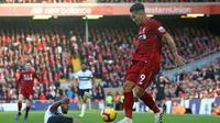 Pelatih Liverpool, Jurgen Klopp bersalaman dengan sang Kapten the reds, Henderson usia tampil apik pada laga lanjutan Premier League yang berlangsung di stadion Anfield, Liverpool. Liverpool menang 2-0. (AFP/Lindsay Parnaby)