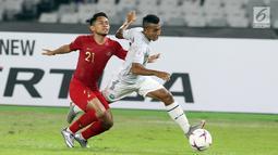 Pemain Timnas Indonesia, Andik Vermansyah (kiri) berebut bola dengan pemain Timor Leste pada laga penyisihan grup B Piala AFF 2018 di Stadion GBK, Jakarta, Selasa (13/11). Babak pertama berakhir imbang 0-0.(Www.sulawesita.com)