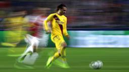 Gelandang Barcelona, Antoine Griezmann, menggiring bola saat melawan Slavia Praha pada laga Liga Champions 2019 di Stadion Sinobo, Rabu (23/10). Barcelona menang 2-1 atas Slavia Praha. (AP/Petr David Josek)
