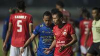 Kapten Persija, Ismed Sofyan, berbicara dengan kapten Persib, Atep, pada laga Liga 1 di Stadion GBLA Bandung, Jawa Barat, Sabtu (22/7/2017). Kedua klub bermain imbang 1-1. (Bola.com/Vitalis Yogi Trisna)