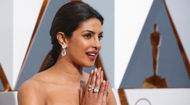 Mantan Miss World, Priyanka Chopra memakai koleksi perhiasan Lorraine Schwartz dengan anting berlian 50 karat seharga Rp 42 miliar di red carpet Piala Oscar 2016. Di tangannya juga melingkar cincin berlian dengan total Rp 60 miliar (REUTERS/Adrees Latif )