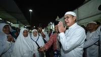 Dengan sabar, Menteri Agama Lukman Hakim Saifuddin mendengar curhatan jemaah haji Indonesia. (www.kemenag.go.id)