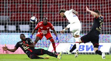 Pemain Paris Saint-Germain Neymar menendang bola saat melawan Rennes pada pertandingan Liga Satu Prancis di Stadion Roazhon Park, Rennes, Prancis, Minggu (9/5/2021). Laga berakhir imbang 1-1. (AP Photo/David Vincent)