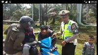 Video anggota Polisi Lalu Lintas (Polantas) Polres Tanjab Timur, Jambi menghentikan pengendara sepeda motor berboncengan tiga viral di media sosial.