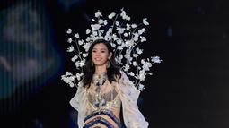 Model Tiongkok, Ming Xi berjalan di atas catwalk memperagakan koleksi lingerie pada Victoria's Secret Fashion Show 2017 di Shanghai, Senin (20/11). Ming sempat tergelincir dan jatuh tersungkur di catwalk. (FRED DUFOUR/AFP)