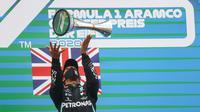 Pembalap Mercedes Lewis Hamilton merayakan gelar juara F1 GP Eifel di Nurburgring, Minggu (11/10/2020). (AFP/Wolfgang Rattay)