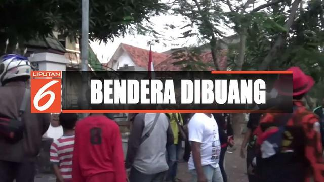 Beredar foto bendera merah putih dibuang ke selokan depan asrama mahasiswa di Surabaya, Jawa Timur.