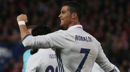 Cristiano Ronaldo meluapkan ekspresi usai mencetak gol kegawang Atletico Madrid pada Liga La Liga Spanyol di Vicente Calderon Stadium, Madrid, Spanyol, (19/11). Kini Ronaldo dijagokan merebut gelar pemain terbaik dunia tahun ini. (Reuters/Sergio Perez)