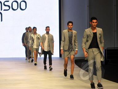 Sejumlah model berpose memakai busana rancangan desainer asal Korea Selatan, Kwon Mun Soo pada ajang Indonesia Fashion Week 2015 di JCC Senayan, Jakarta, Minggu (1/3). (Liputan6.com/Panji Diksana)