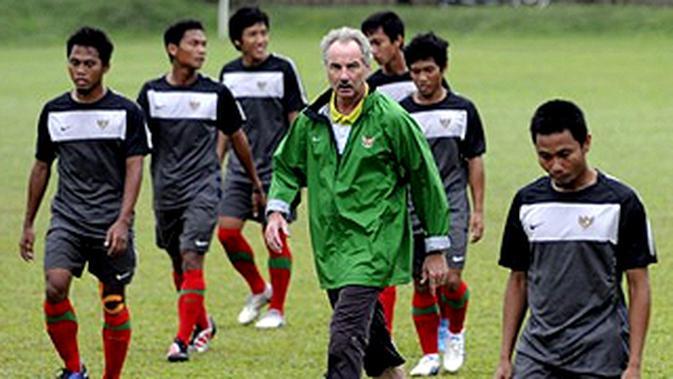 Pelatih timnas Indonesia Alfred Riedl mengawasi pemain asuhannya saat latihan jelang pertandingan babak semifinal AFF Suzuki Cup 2010 melawan Filipina di Lapangan PSSI Senayan, Jakarta.(Antara)