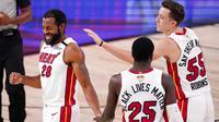 Pebasket Miami Heat, Andre Iguodala (nomor 28), merayakan kemenangan atas LA Lakers pada final NBA di Lake Buena Vista, Fla. (AP Photo/Mark J. Terrill)