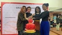 Sesi pemotongan kue saat grand opening Pilates Soul di Jl, Wijaya I, Jakarta Selatan pada Jumat (6/9/2019). (dok. liputan6.com/Novi Thedora)