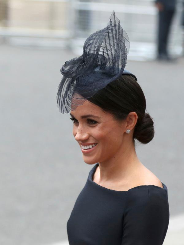 Duchess of Sussex, Meghan Markle tersenyum saat tiba menghadiri kebaktian di Westminster Abbey, London, (10/7). Kebaktian ini digelar untuk memperingati 100 tahun Angkatan Udara Kerajaan Inggris. (Steve Parsons/PA via AP)#source%3Dgooglier%2Ecom#https%3A%2F%2Fgooglier%2Ecom%2Fpage%2F%2F10000