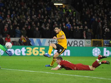 Pemain Wolverhampton Wanderers, Raul Jimenez mencetak gol ke gawang Liverpool pada laga putaran ketiga Piala FA di Molineux Stadium, Senin (7/1). Liverpool tersingkir dari Piala FA setelah takluk 1-2 dari Wolverhampton Wanderers. (AP/Rui Vieira)