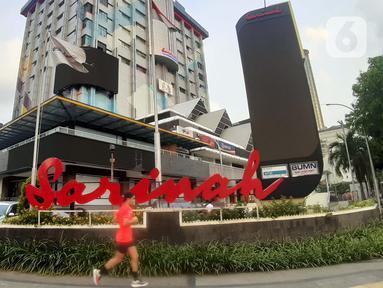 Warga berolahraga di trotoar sekitar Gedung Sarinah, Jalan MH Thamrin, Jakarta, Selasa (12/5/2020). Menteri BUMN, Erick Thohir mengatakan akan melakukan renovasi Gedung Sarinah dengan total anggaran senilai Rp 700 miliar yang akan dimulai pada Juni 2020. (Liputan6.com/Helmi Fithriansyah)