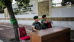 Tentara berjaga dengan membawa senjata lengkap saat mengamankan Kantor Komisi Pemilihan Umum (KPU), Jakarta, Kamis (18/4). Hal tersebut dilakukan untuk mengantisipasi ancaman keamanan usai Pemilu 2019. (Liputan6.com/Faizal Fanani)