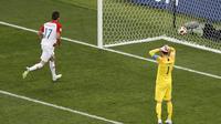 Kiper Prancis Hugo Lloris (kanan) melakukan kesalahan pada final Piala Dunia 2018. (AP Photo/Rebecca Blackwell)