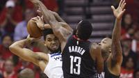 James Harden memblok tembakan Karl Anthony Towns (AP)