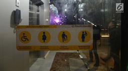 Lift bagi penyandang disabilitas melengkapi jembatan penyeberangan orang (JPO) di kawasan Jakarta Timur, Kamis (27/12). JPO ini memiliki struktur dan bentuk yang artistik dengan dihiasi lampu yang bisa berganti-ganti warna. (Merdeka.com/Imam Buhori)