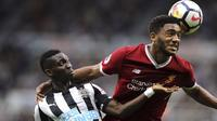 Pemain Liverpool, Joe Gomez (kanan) mghalau bola dari kejaran pemain Newcastle United, Christian Atsu pada lanjutan Premier League di St James Park, Newcastle, (1/10/2017). Liverpool bermain imbang 1-1. (Owen Humphreys/PA via AP)
