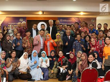 Ketua Umum Asosiasi Dosen Indonesia (ADI) Dino Patti Djalal foto bersama peserta Seminar Kebangkitan Dosen Indonesia di Kampus Cilandak Universitas Prasetiya Mulya, Jakarta, Senin (14/5). (Liputan6.com/Immanuel Antonius)