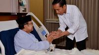 Presiden Jokowi saat menjenguk BJ Habibie yang tengah terbaring sakit di RSPAD Gatot Soebroto, Jakarta, (28/10/2014). (rumgapres/Agus Suparto)