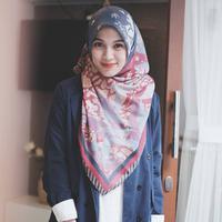 Icha juga piawai dalam memadu padankan busana dan hijab yang dikenakannya. Seperti ini misalnya, ia memakai baju bermotif polos dan dipadukan dengan hijab bermotif yang warnanya masih senada. (Instagram/ichasoebandono)